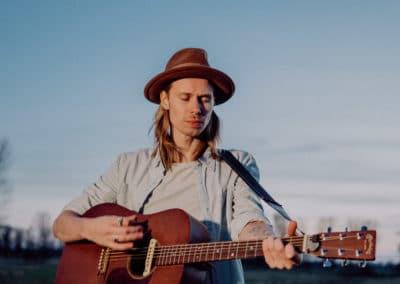 Hochzeitssänger Hamburg Tom Klose mit Gitarre
