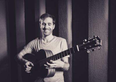 Hochzeitssänger Hamburg Torben Esprester mit Gitarre