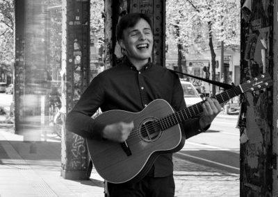 Hochzeitssänger Hannover Michèl mit Gitarre
