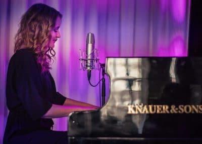 Hochzeitssängerin Hamburg Elin Bell Live am Mikrofon und Klavier