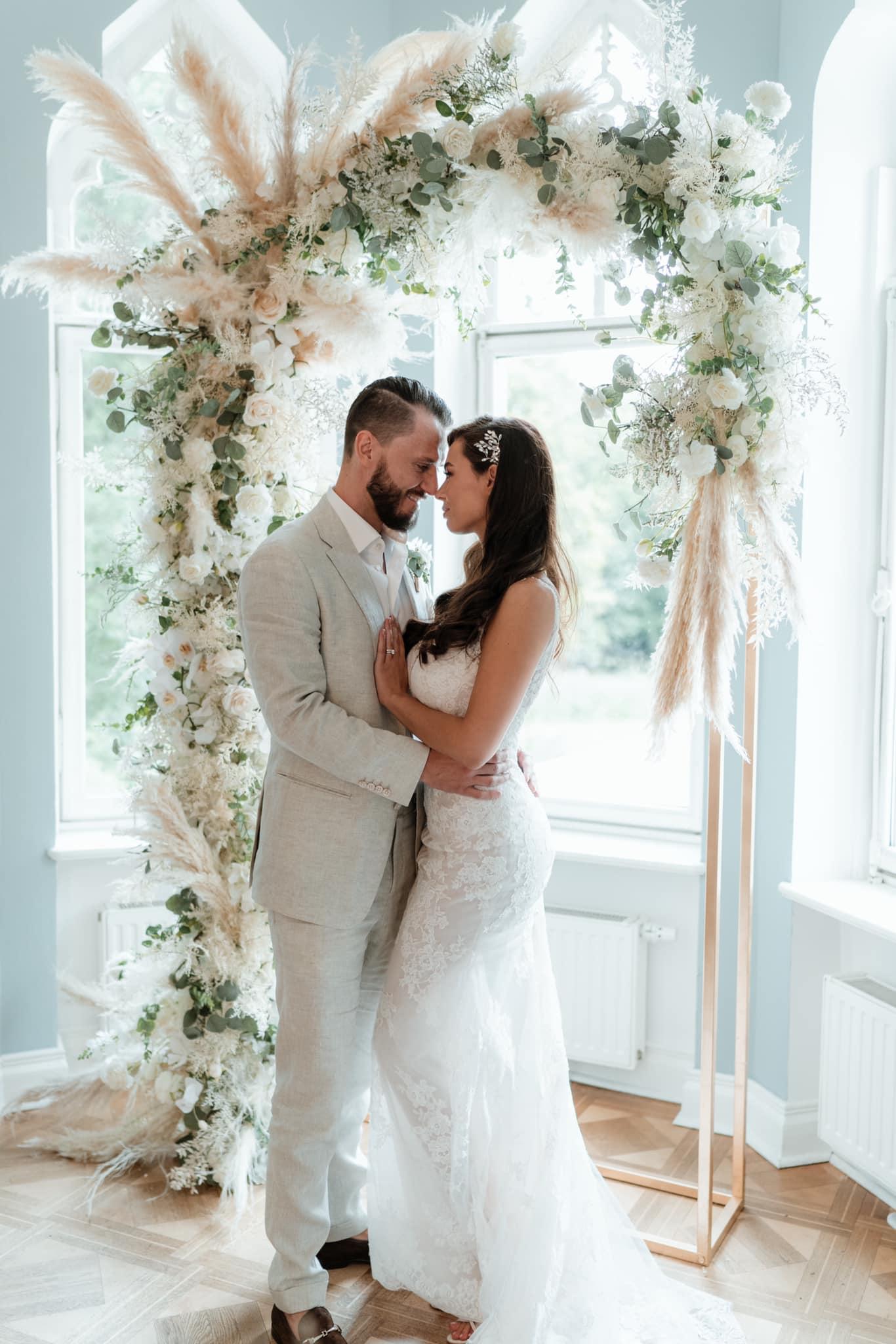 Wedding Award Germany 2021 - Brautpaar vor Traubogen