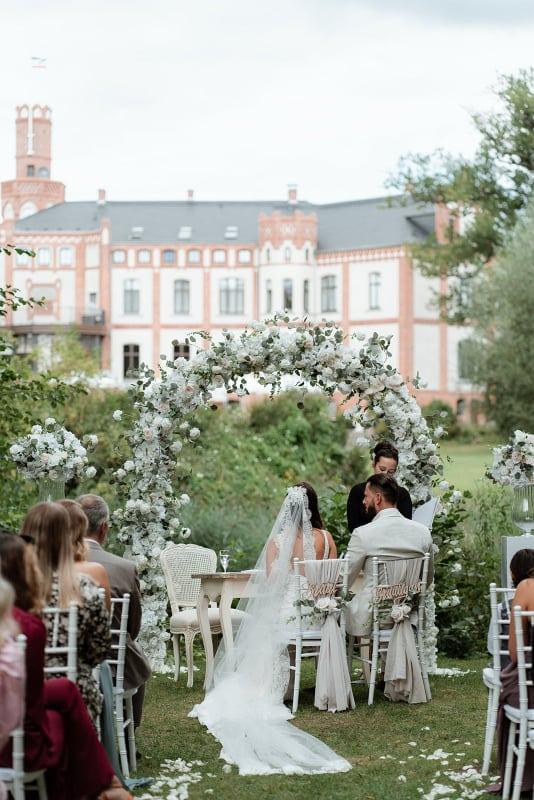 Wedding Award Germany 2021 - Trauung mit Hochzeitspaar vor Schloss Gamehl