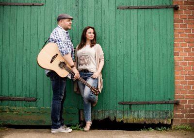 Hochzeitssänger Hannover CarryMe mit Gitarre vor grünem Tor