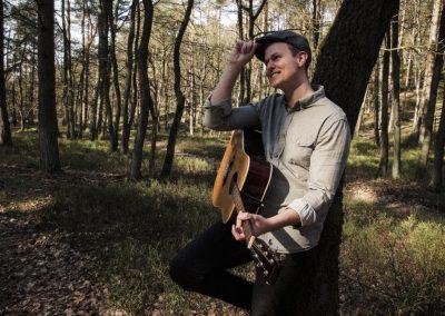 Hochzeitssänger Hamburg Cedric Saga im Wald mit Gitarre