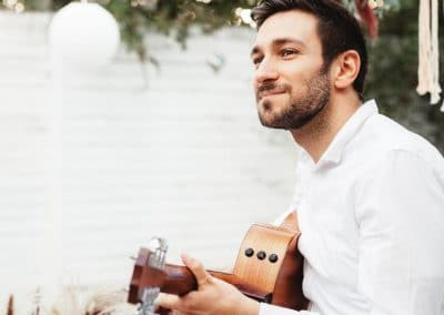 Hochzeitssänger Köln Julian Adler mit Gitarre