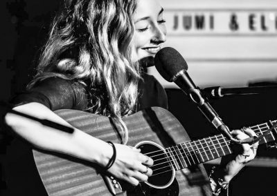 Hochzeitssängerin Berlin Julia Scheeser Live mit Gitarre