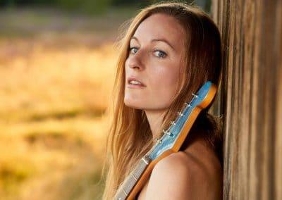 Hochzeitssängerin Hamburg Katja von Bauske mit Gitarre